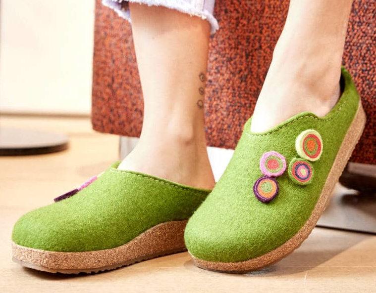 Grüne Clogs als Hausschuhe